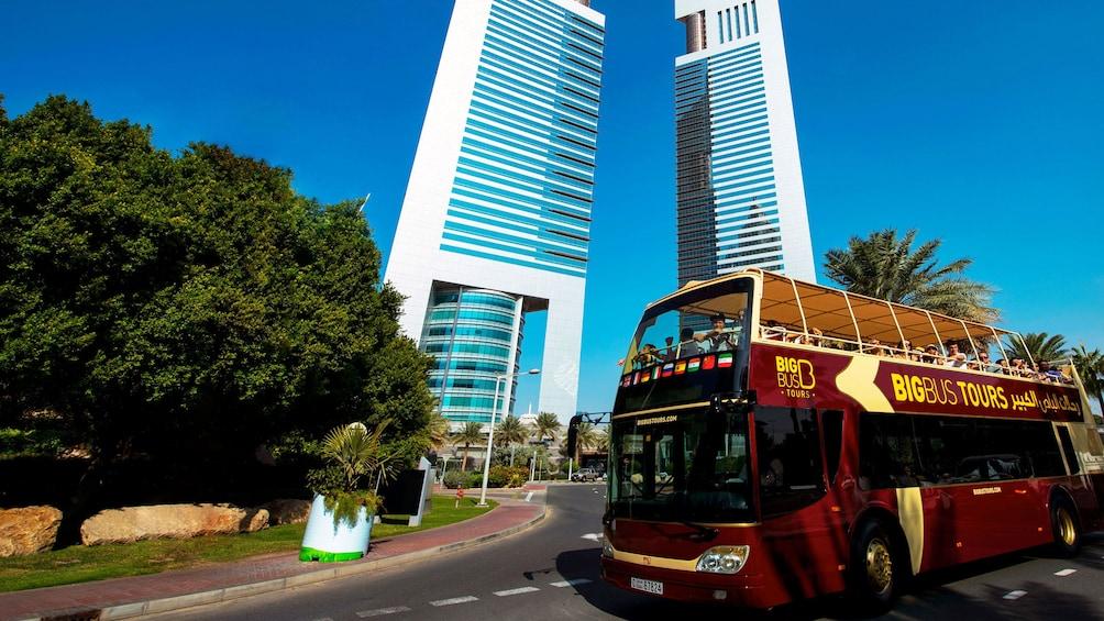 Foto 5 von 9 laden passengers aboard double deck tour bus in Dubai