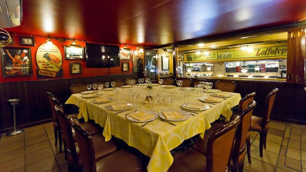 Foto 2 von 5 laden large table set for large group at Restaurante La Fonda in Barcelona