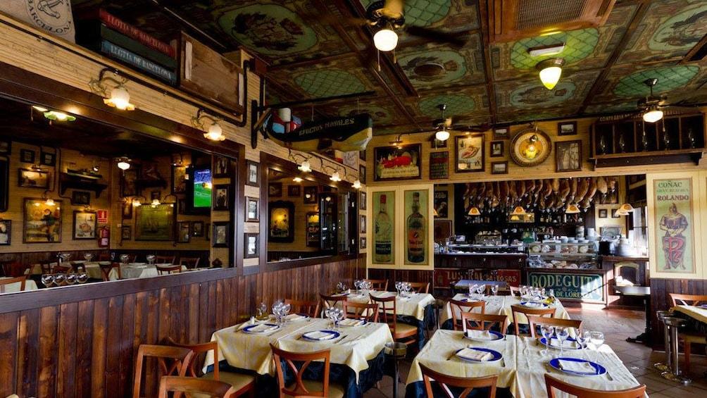 Foto 1 von 5 laden set dinner tables in dining area at Restaurante La Fonda in Barcelona