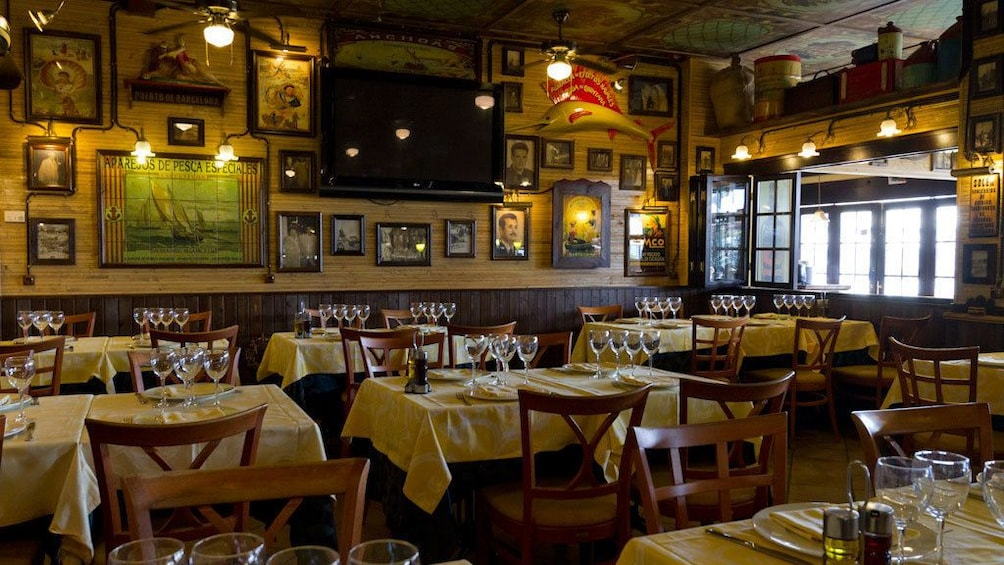 Foto 3 von 5 laden set dinner tables in dining area at Restaurante La Fonda in Barcelona