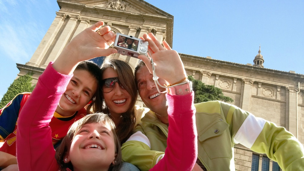 Foto 1 von 9 laden young boy taking selfie with family in Barcelona
