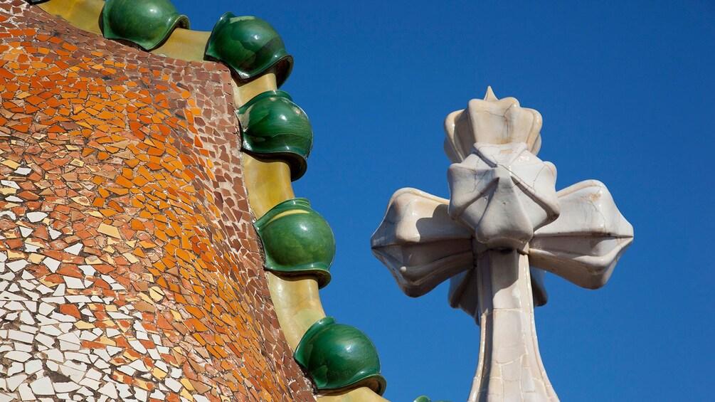Foto 2 von 9 laden roof detail of Casa Batlló Museum in Barcelona