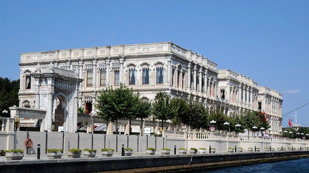Carregar foto 1 de 4. Building in Bosphorus Turkey