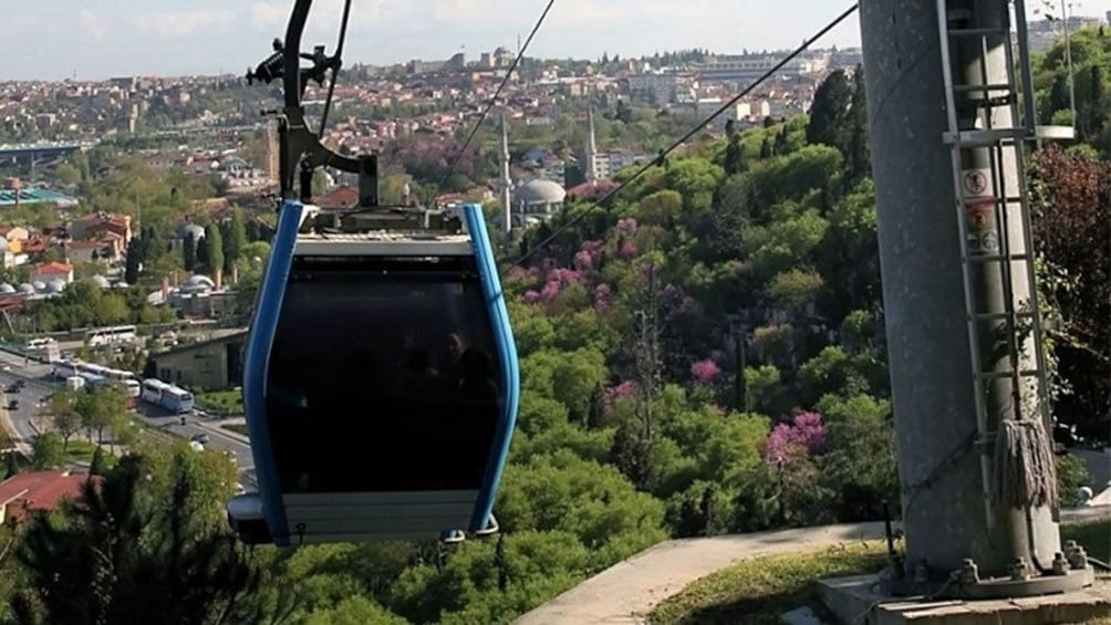 Carregar foto 4 de 5. An operating gondola in Turkey