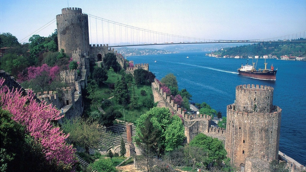 Foto 5 von 5 laden Close view of the fortress Rumeli Hisari and view of Istanbul in the backdrop