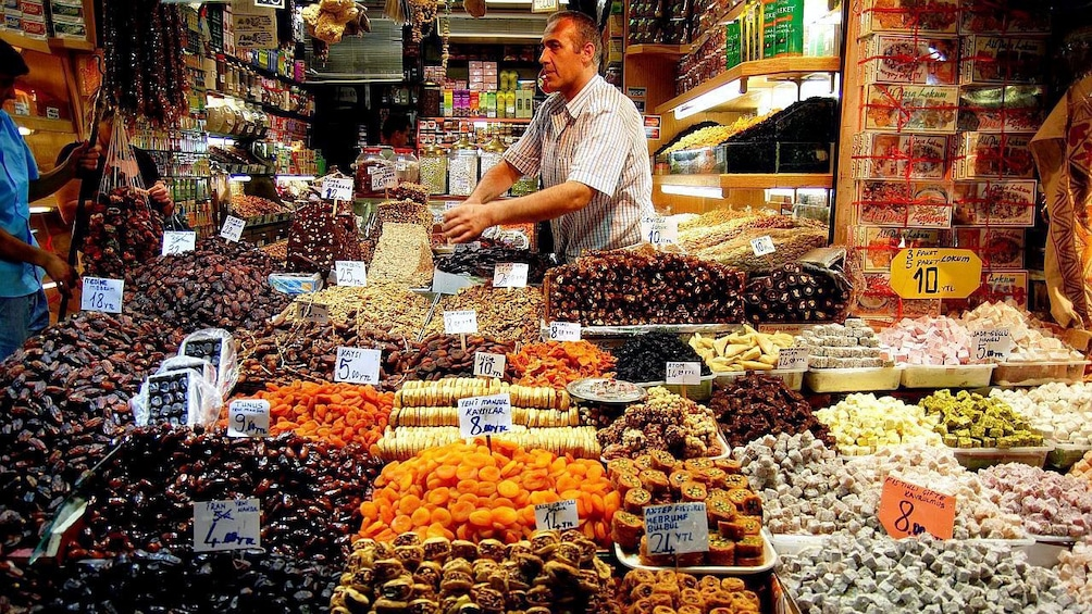 Cargar foto 5 de 5. A man selling sweet goods at a local shop in Istanbul