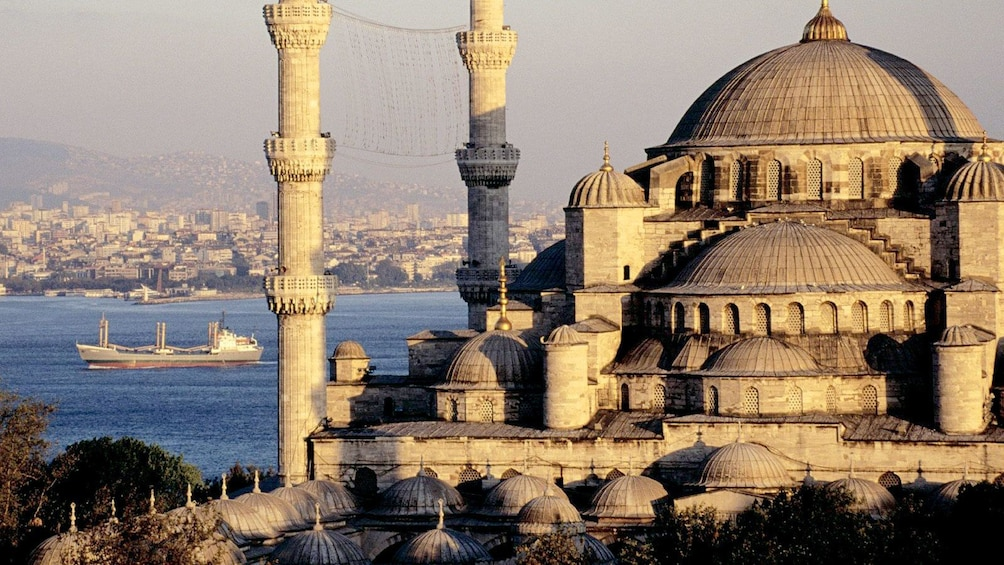 Cargar foto 1 de 5. A mosque in Istanbul