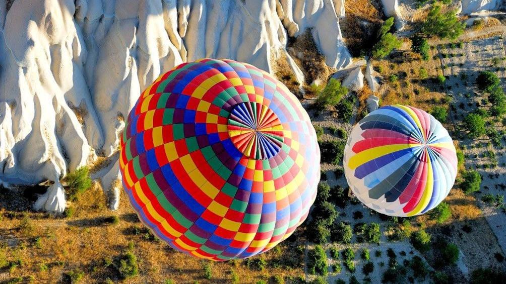Cargar foto 3 de 5. Close view of two hot air balloons above Cappadocia