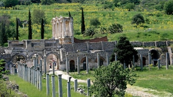 Charger l'élément 1 sur 5. View of the Ephesus Agora and Library in Turkey