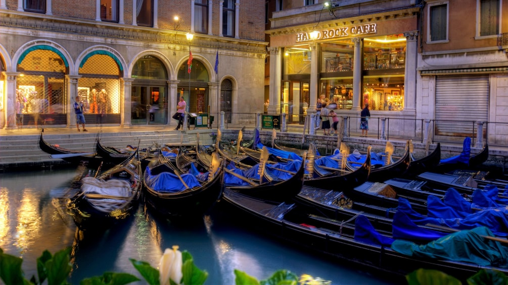 Carregar foto 1 de 10. Gondolas parked in the water next to the Hard Rock Cafe in Venice Italy