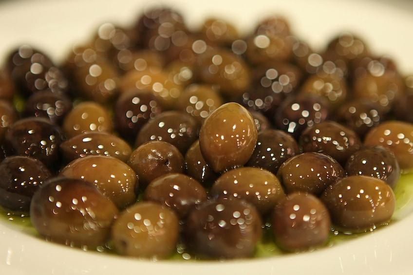 Charger l'élément 4 sur 9. Seasoned olives of food tour in Athens