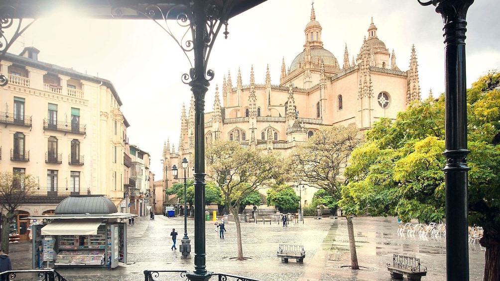 Foto 2 von 8 laden Image of the Segovia Cathedral from afar on a sunny day in Spain