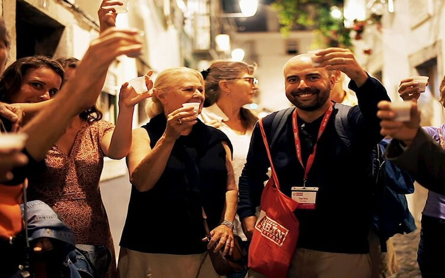 Carregar foto 1 de 9. Lisbon: Small Group Fado Music, Local Tapas & Wine at Sunset