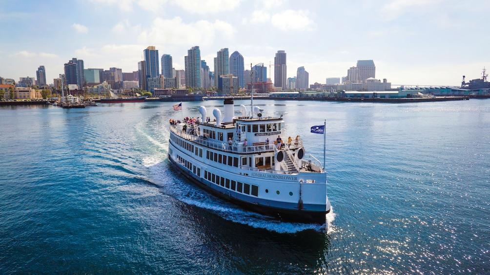 Cargar foto 1 de 4. Cruise boat in San Diego