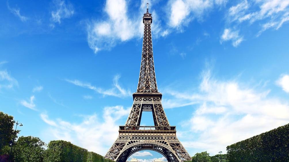 Charger l'élément 4 sur 10. Eiffel Tower with blue sky in Paris