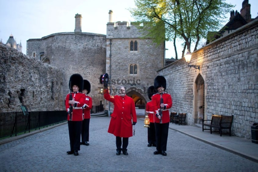 Åpne bilde 3 av 10. Tower of London Tickets with Beefeater Tour & Crown Jewels