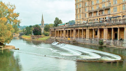 river flowing past building in Bath, England