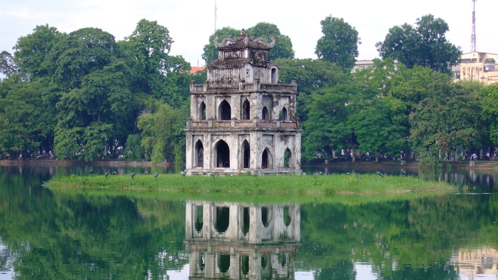 正在顯示第 2 張相片,共 9 張。 lone structure at Hoan Kiem Lake in Vietnam