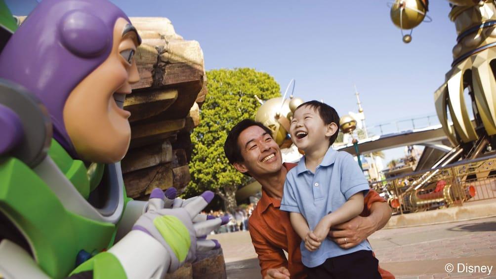 Cargar ítem 2 de 8. Father and son with Buzz Lightyear at Disneyland Paris