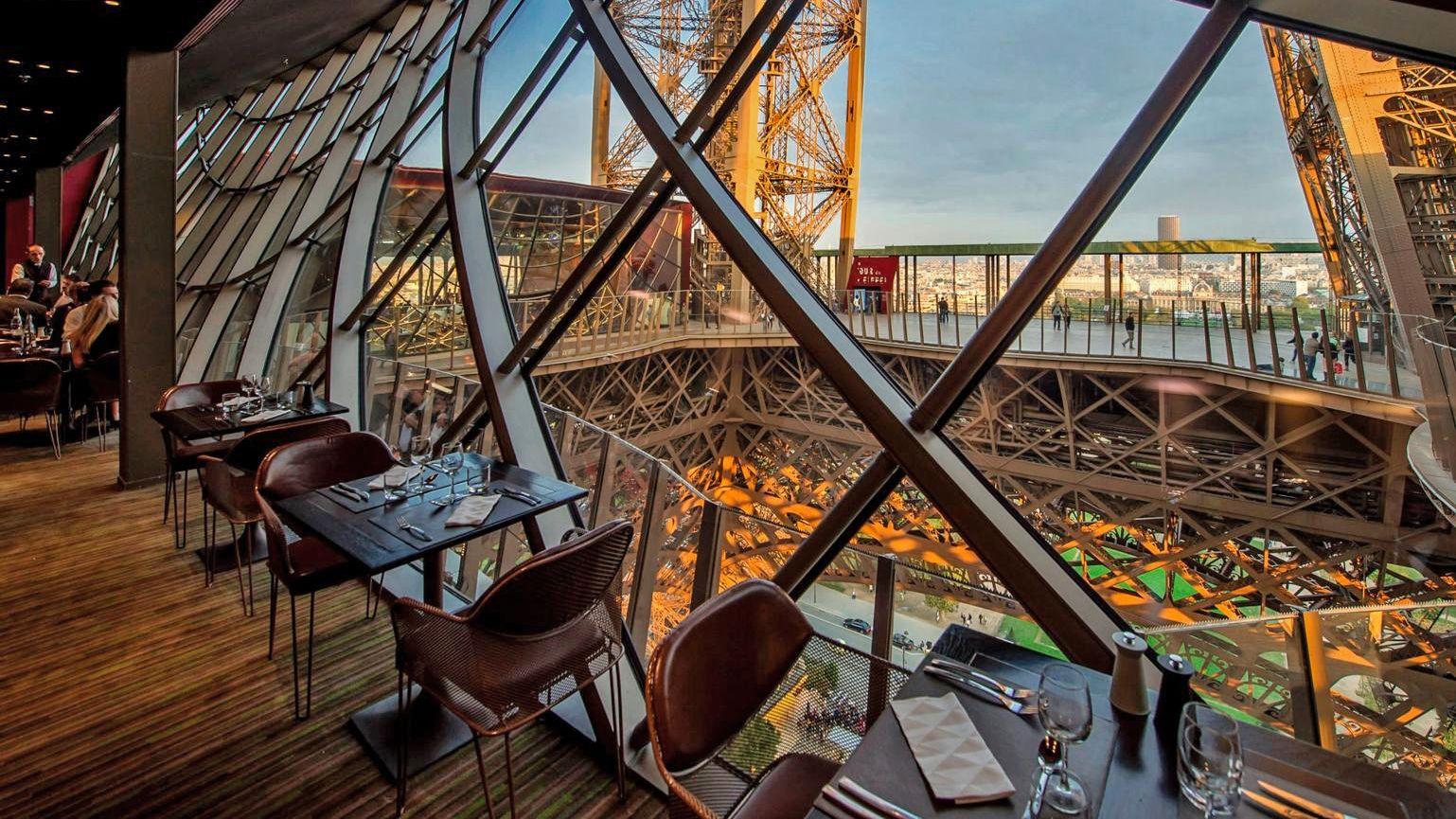 dinner at eiffel tower in paris
