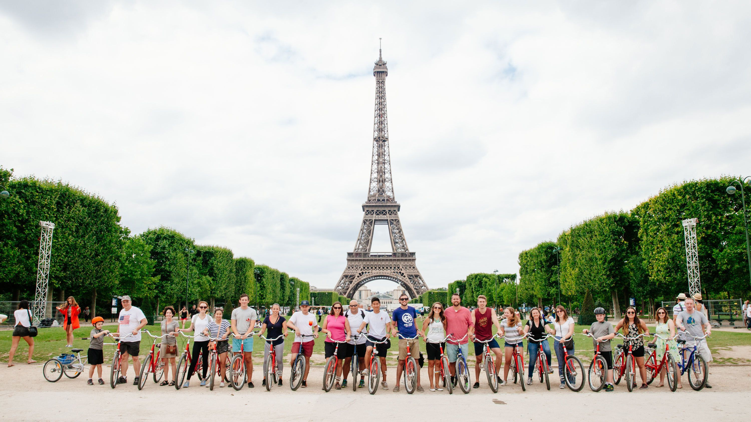 Bicyclists infront of the Eiffel tower