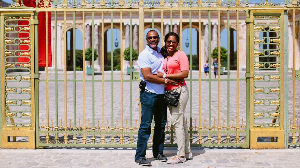 Charger l'élément 4 sur 10. Couple infront of the gates of Versailles.