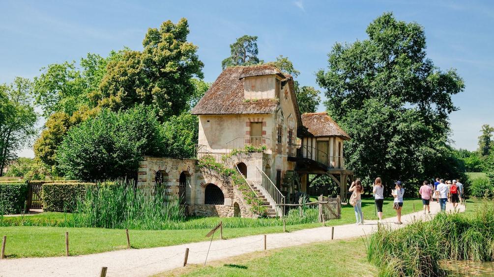 Charger l'élément 3 sur 10. Outside Marie Antoinette's cottage in Versailles.