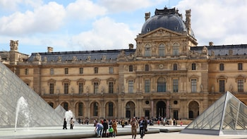 Louvre Semi Private: Comprehensive tour with Skip the line