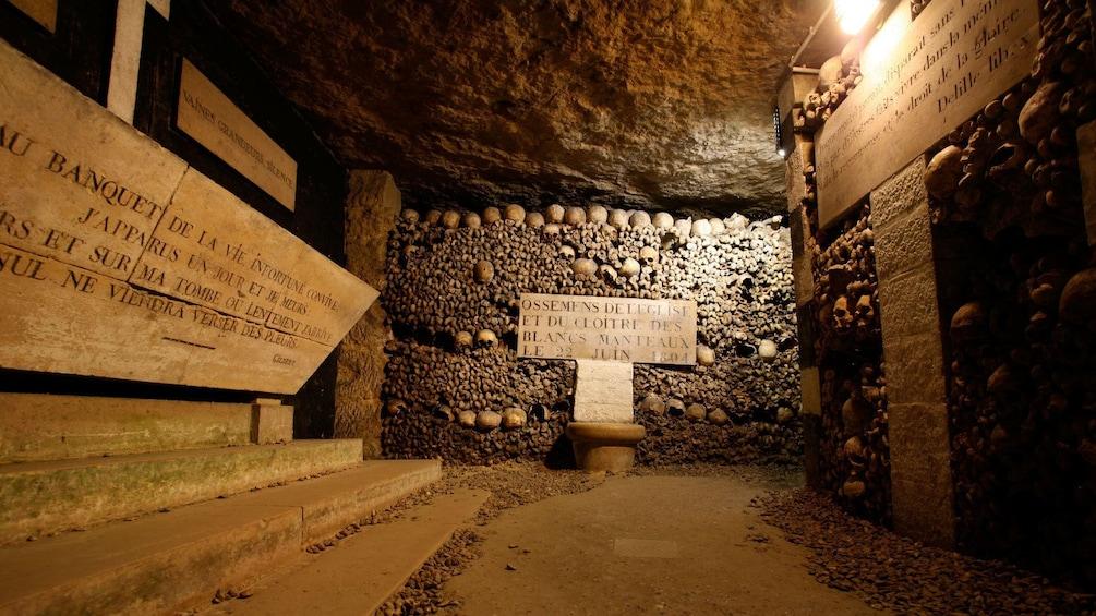 Foto 5 van 10. Bone lined halls in the catacombs of Paris.