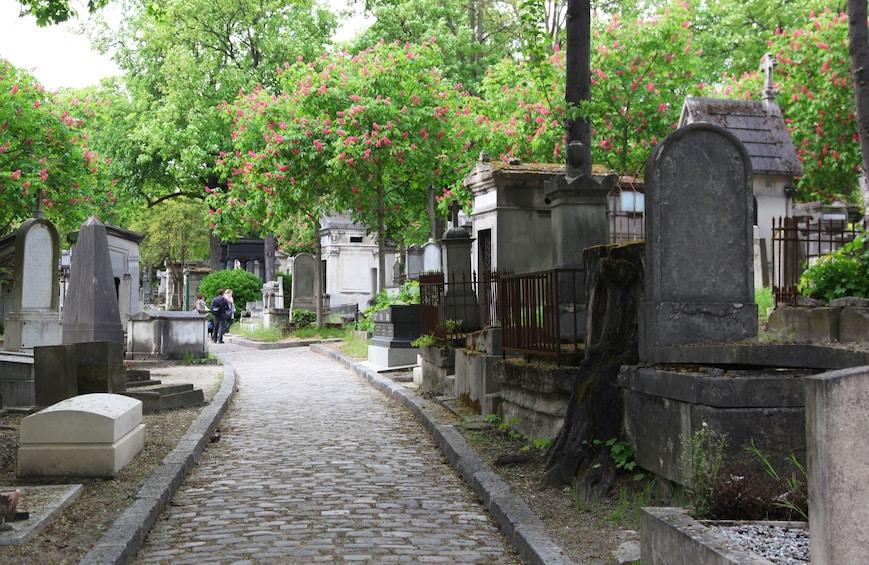 Foto 1 van 10. Famous Graves of the Père Lachaise Cemetery