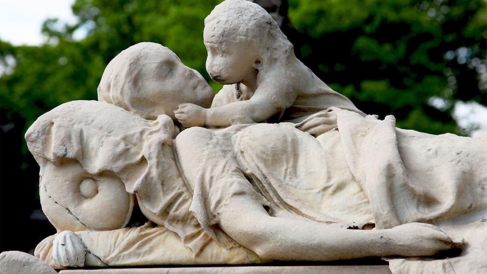 Öppna foto 5 av 10. Mother and child gravestone in Paris.