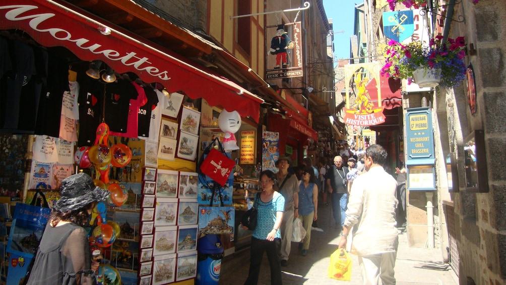 Charger l'élément 2 sur 10. Busy market street.