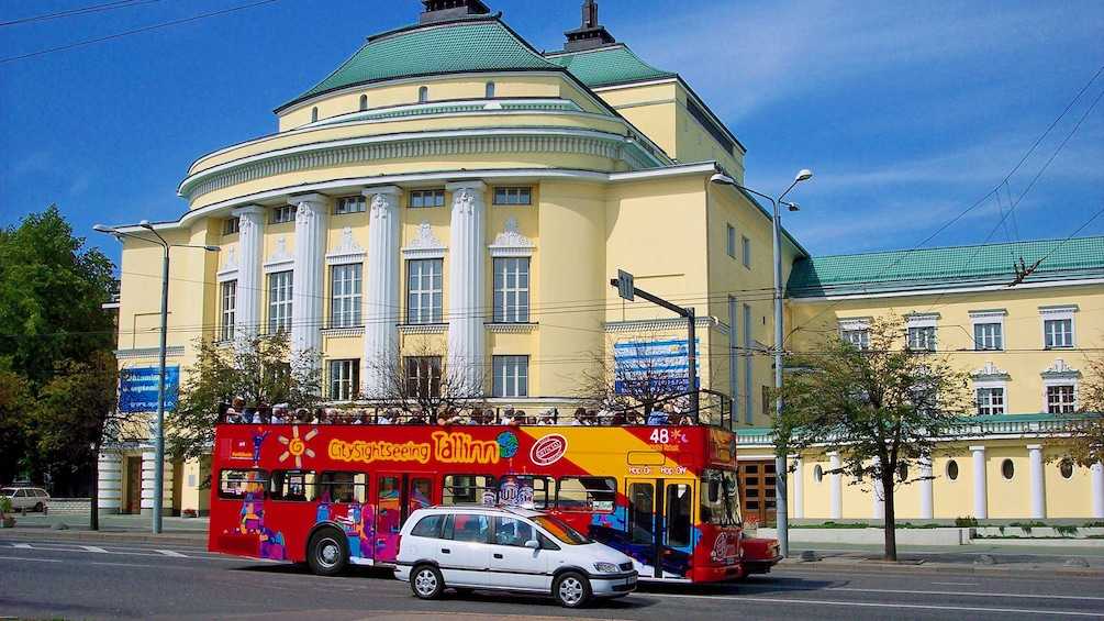 Foto 3 von 10 laden A hop on hop off bus infront of a historical building in Tallinn