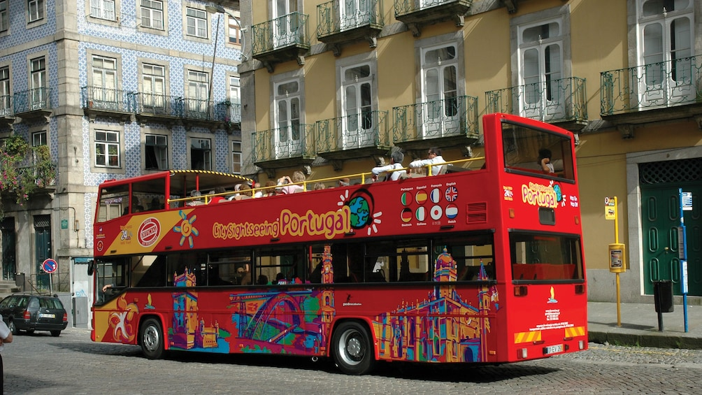 Foto 2 van 10. City Sightseeing bus touring down the streets of Funchal