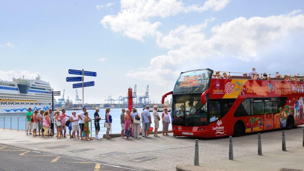 Lataa valokuva 3 kautta 5. tour bus in spain