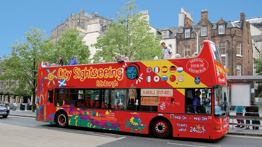 Foto 2 van 10. tour bus in Edinburgh