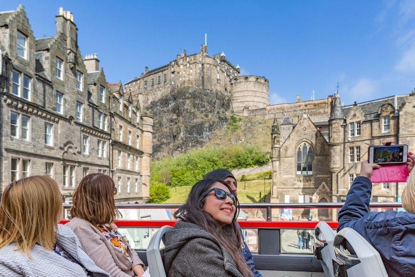 Indlæs billede 3 af 10. Edinburgh Hop-On Hop-Off Sightseeing Bus Tour