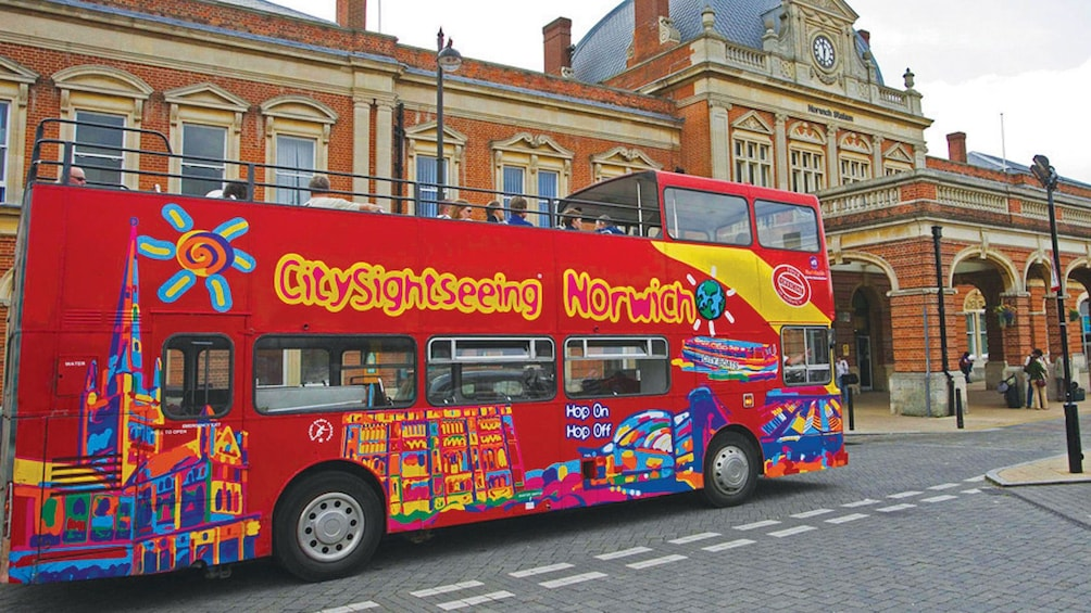 Foto 1 von 5 laden City Sightseeing tour bus traveling down the streets of Norwich