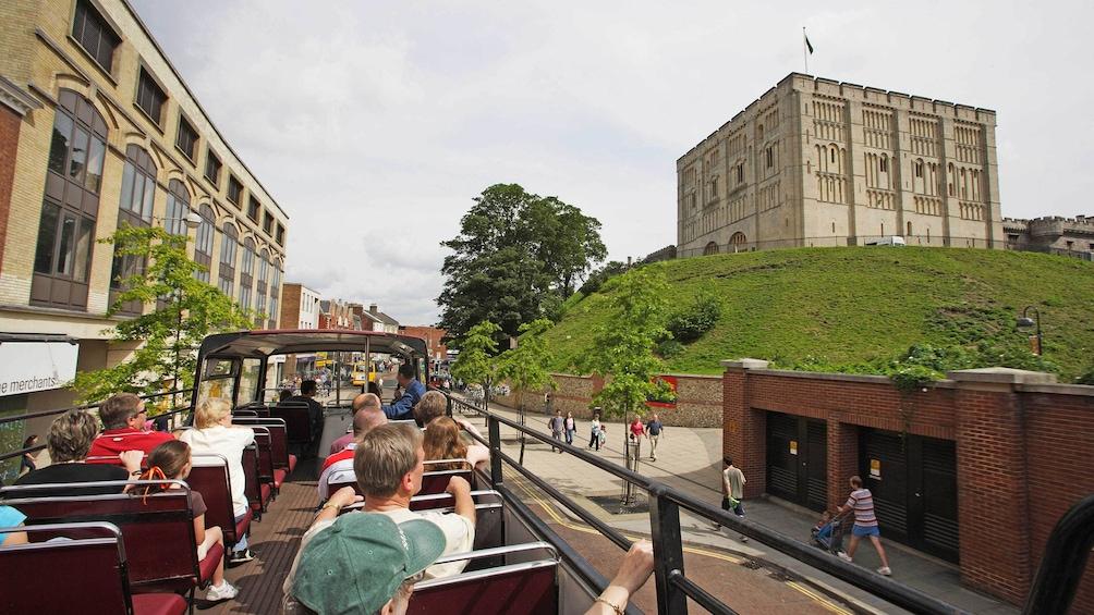 Foto 5 von 5 laden Experience unique views of Norwich atop a double decker tour bus