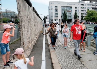 c-fakepath-germany_berlin_storyline_wall_playing.jpg