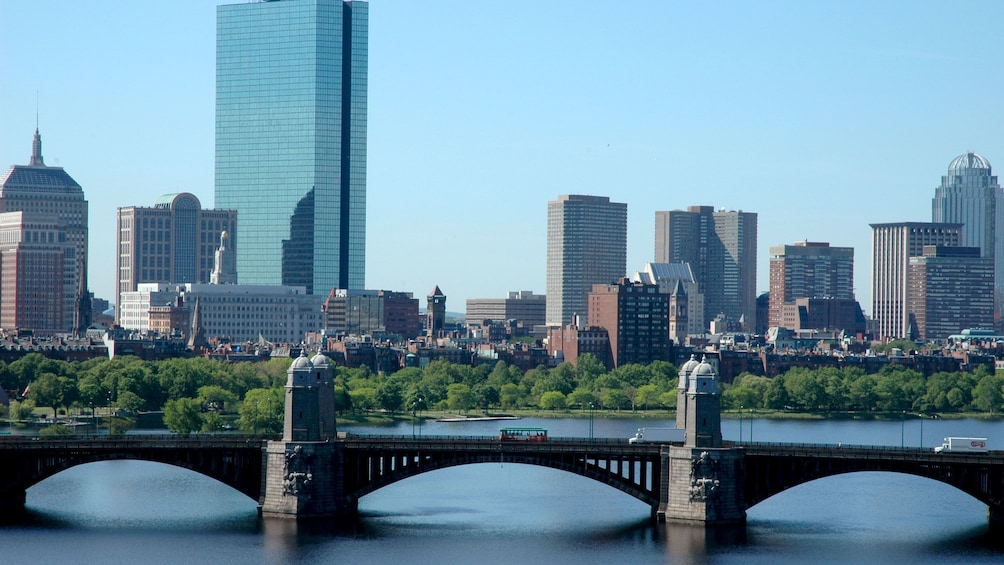 Cargar ítem 4 de 10. Bridge and park with a view of the Boston skyline