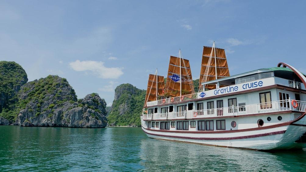 正在顯示第 1 張相片,共 9 張。 the cruise ship on the water in Vietnam