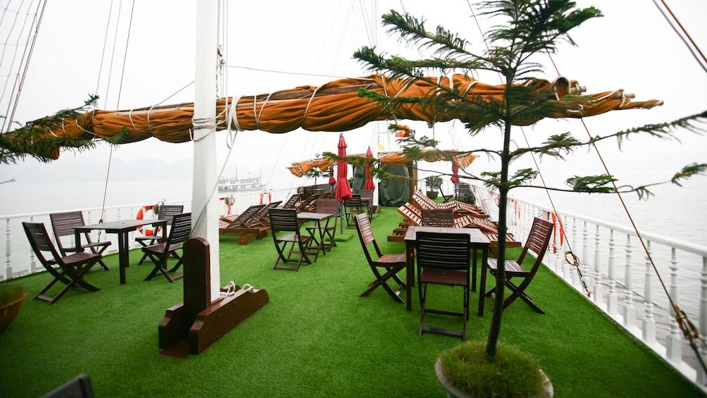 正在顯示第 4 張相片,共 9 張。 deck seating on the boat in Vietnam