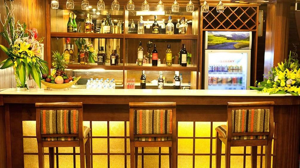 正在顯示第 5 張相片,共 9 張。 the bar on the cruise ship in Vietnam