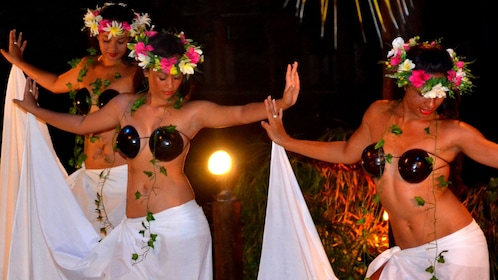 dancers in show in Cook Islands