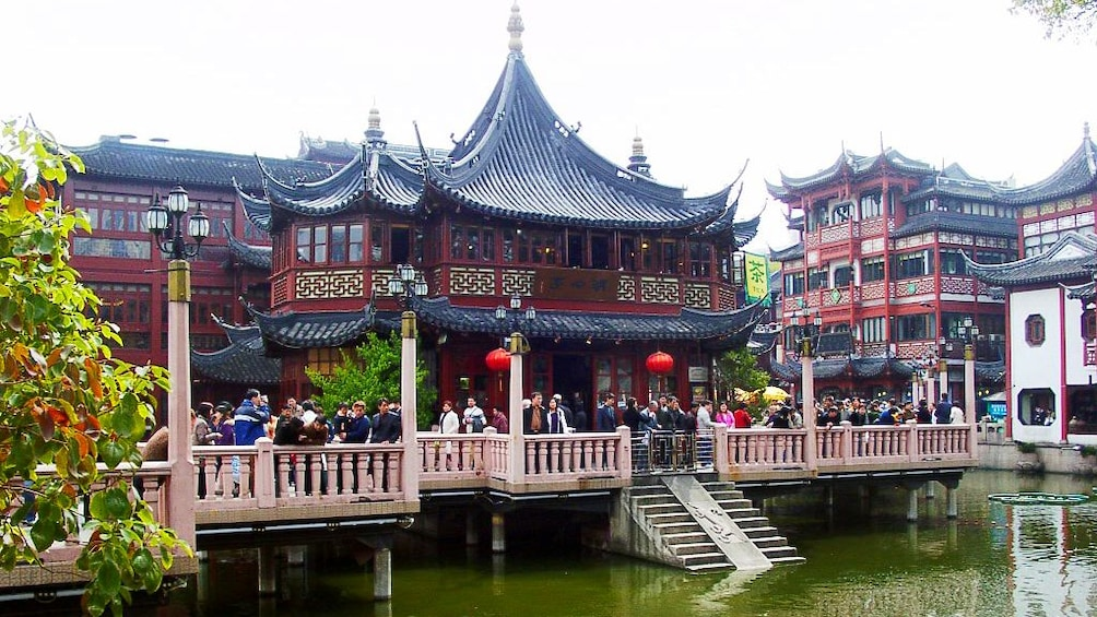 Charger l'élément 3 sur 10. People standing in front of the Yu Garden an extensive Chinese Garden in Shanghai