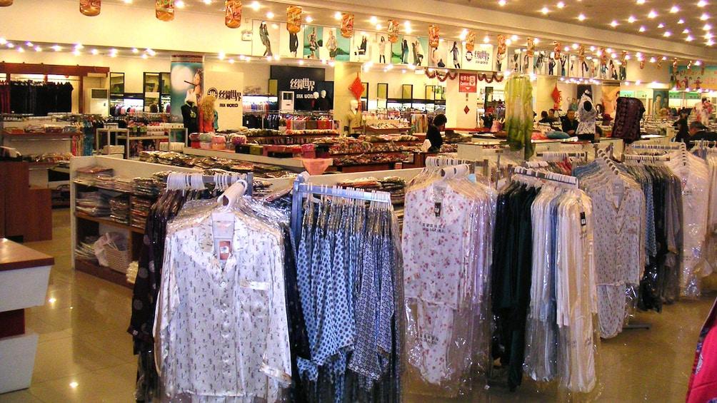Foto 4 von 10 laden View of a clothing store in Shanghai