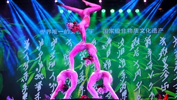 Chinese Acrobatics and Shanghai Evening Tour