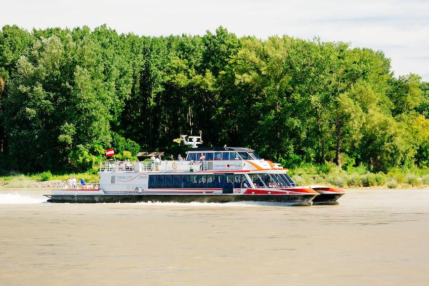 Foto 2 von 10 laden Bratislava: Day Trip from Vienna by Bus and Boat