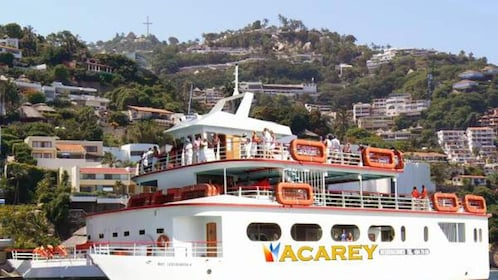 Acarey yacht with passengers in Acapulco